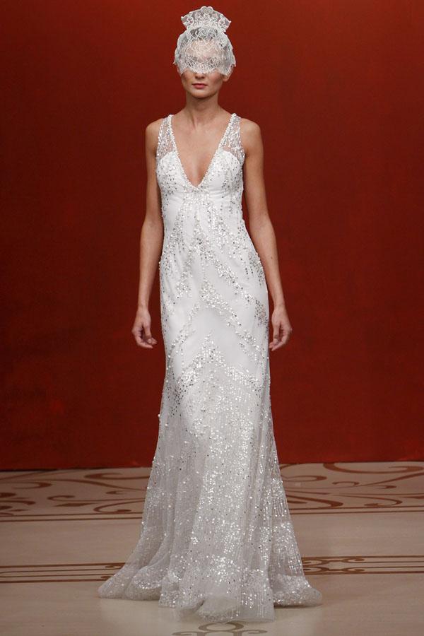 在婚紗禮服定制當中,從腰部以下的裙型開始,往往都是婚紗造型的重點和裝飾的地方。裙型的設計影響整個婚紗造型,不同的裙型帶來的效果各不相同,所 采用的面料、輔料之間也大同小異。整體的裙型設計可以從肩線往下直到裙擺,不同的裙型設計強調女性身體各個不同部位,并且起到揚長避短的作用,遮掩了身材 不足之處。常見的婚紗禮服裙型設計可分為O型裙、筒型裙、多節裙、A型裙、魚尾裙、帝政裙、套裙等。