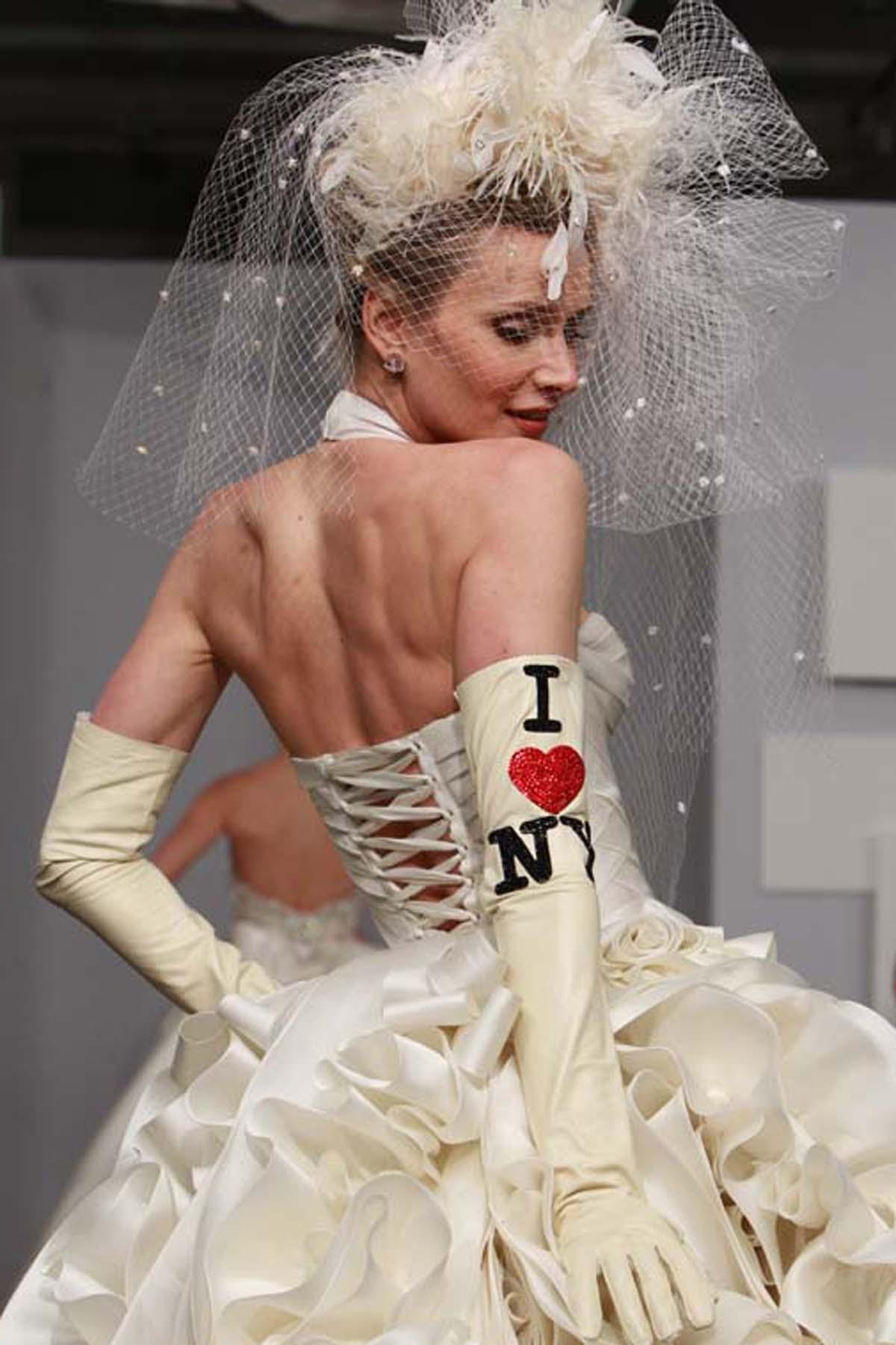 要注意制作蝴蝶结使用的面料在色彩和质感上都要和婚纱礼服本身相呼应